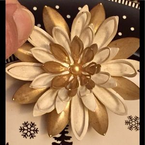 Signed Sarah Coventry metal gold/beige flower 🌺